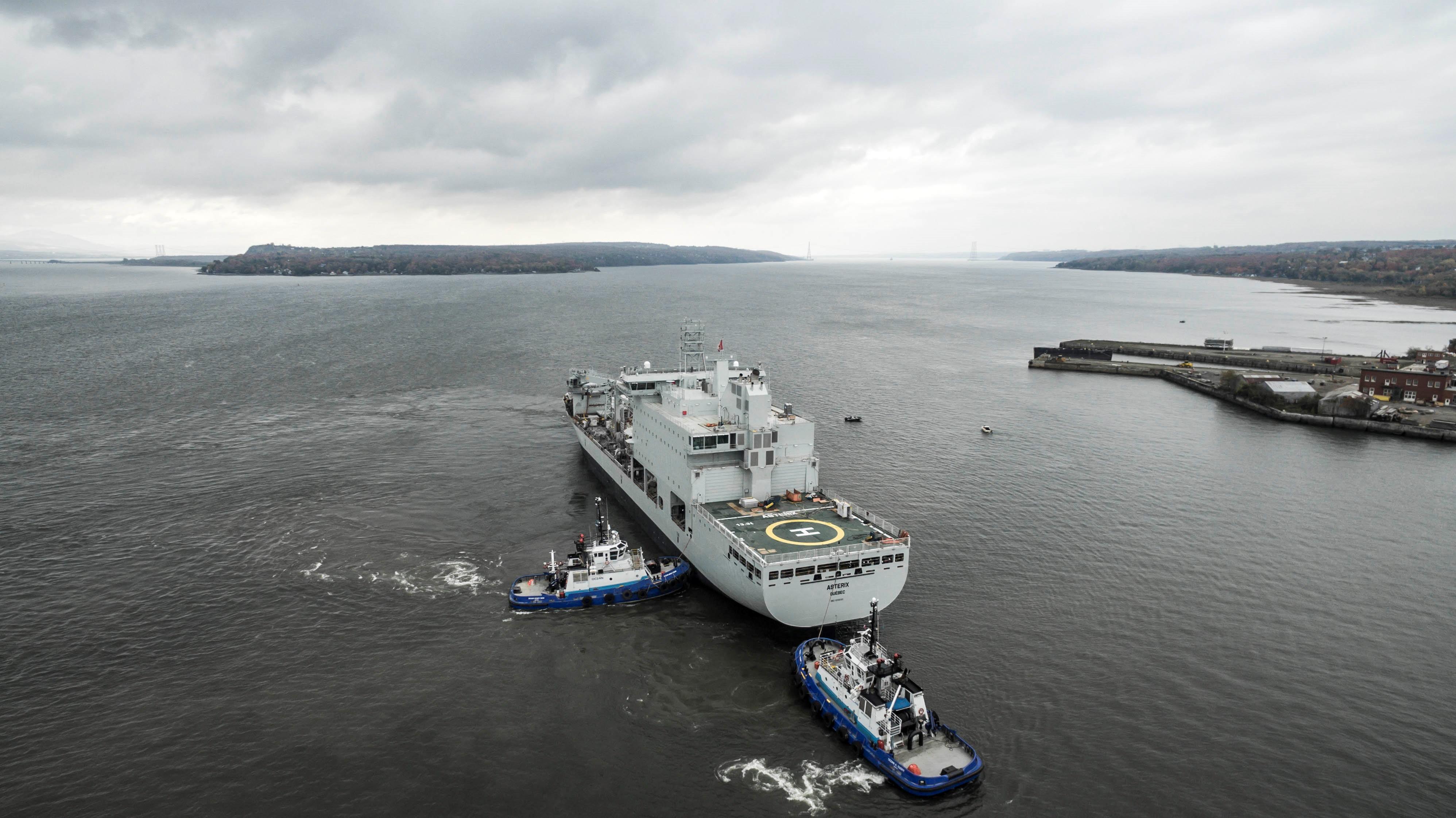 Le navire de soutien militaire de la classe resolve a levé l'ancre
